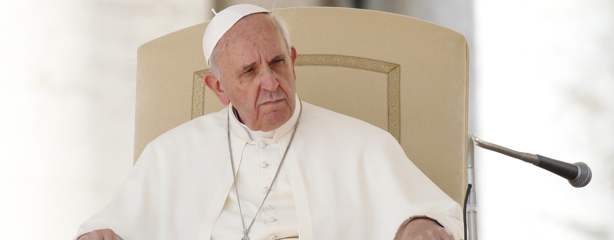 En esta fotografÌa del miÈrcoles 18 de septiembre de 2013, se ve al papa Francisco sentado durante su audiencia general semanal en la Plaza de San Pedro, en el Vaticano. (Foto AP/Riccardo De Luca)