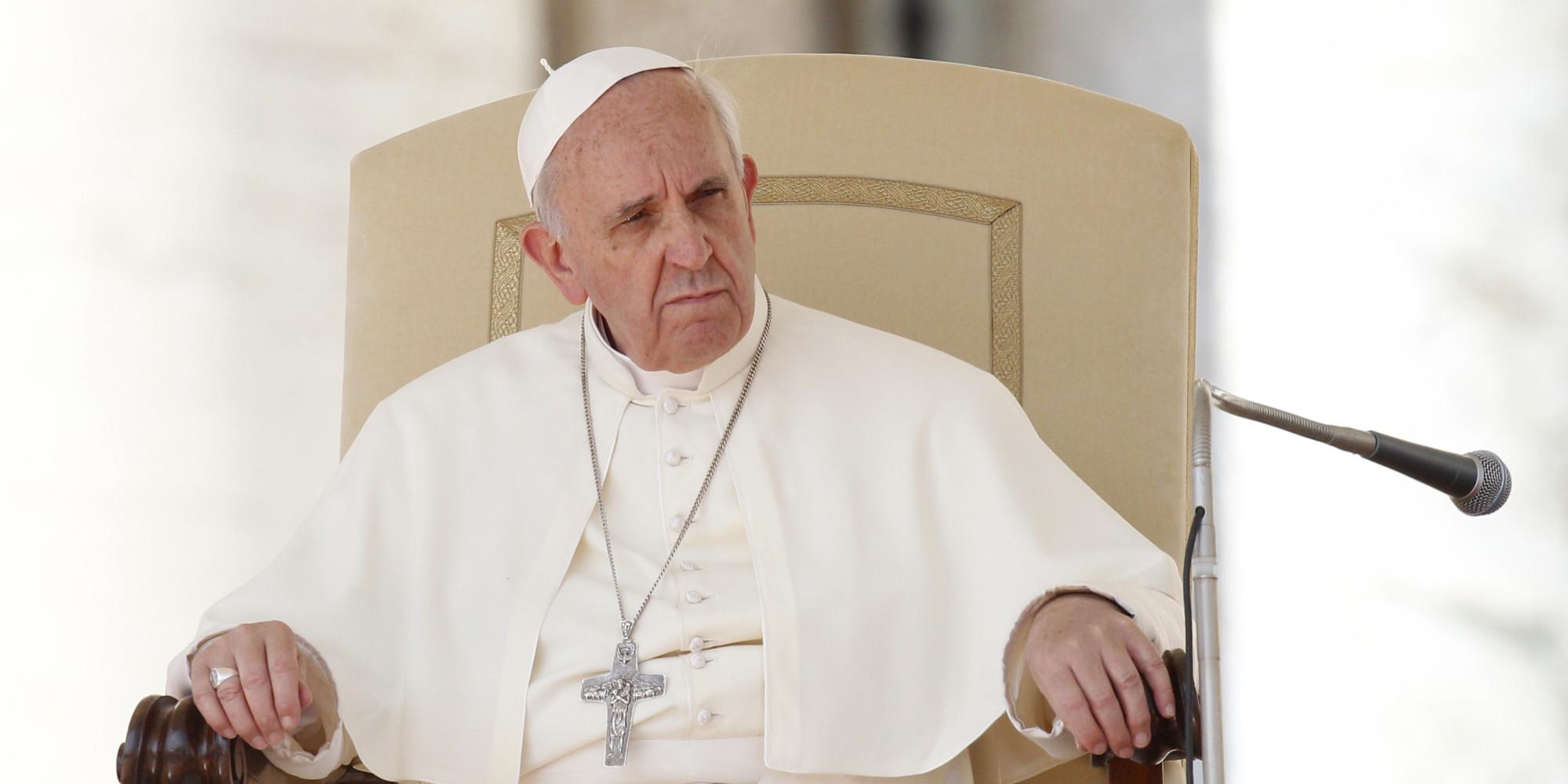 En esta fotografía del miércoles 18 de septiembre de 2013, se ve al papa Francisco sentado durante su audiencia general semanal en la Plaza de San Pedro, en el Vaticano. (Foto AP/Riccardo De Luca)
