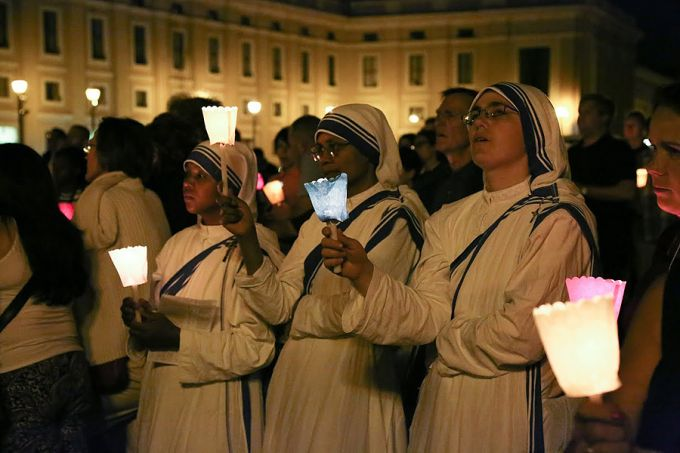 Missionaries_of_Charity_at_prayer_gathering_for_Pope_Francis_with_Cardinal_Angelo_Comastri_in_St_Peters_Square_on_June_19_2015_Credit_Daniel_Iba_n_ez_CNA_6_19_15