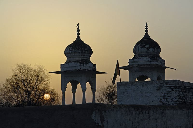 800px-Coucher_de_soleil_sur_un_temple,_district_de_Gwalior,_Madhya_Pradesh,_Inde