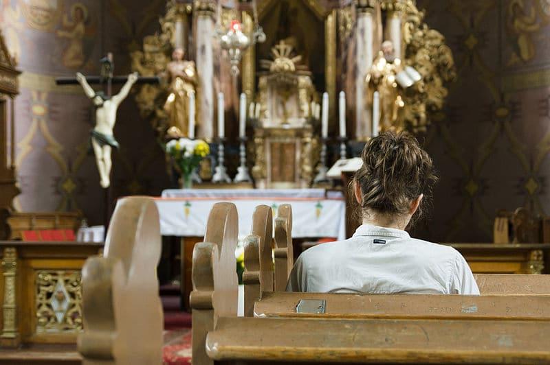 Praying woman in Saint Andrew Church in Ramsowo. Author: Adam Kliczek, http://zatrzymujeczas.pl