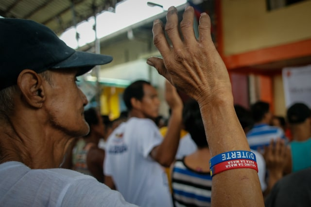 DRUG SUSPECT. A suspected drug user wearing a Duterte campaign wristband takes his oath after voluntarily surrendering in Manila, Philippines, on July 15, 2016. Photo by Mark Cristino/EPA