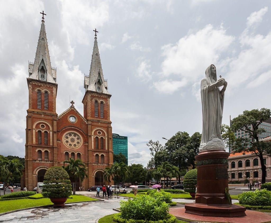 basilica_de_nuestra_sen%cc%83ora_ciudad_ho_chi_minh_vietnam_2013-08-14_dd_03