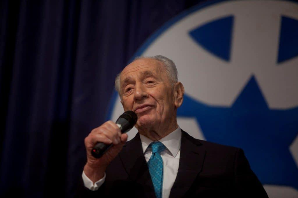 Shimon Peres recieves the Israeli Diplomacy Award, November 29, 2015 - CC BY-SA 4.0