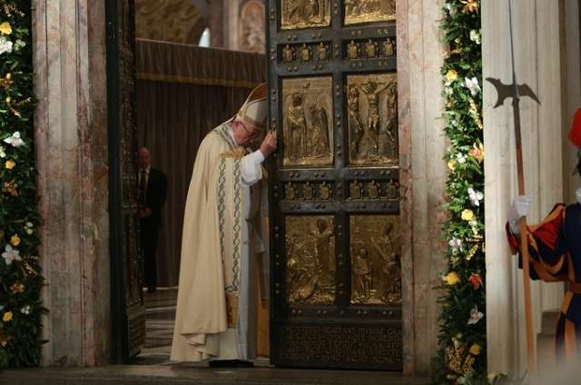 Pope Francis closes the Holy Door in St. Peter's Basilica Nov. 20, 2016. Credit: Daniel Ibañez/CNA.